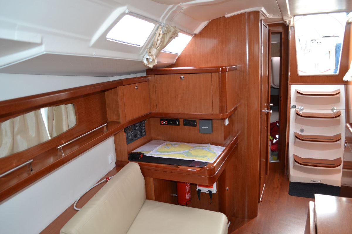 Navigatietafel Beneteau Oceanis 37 Flexibel Zeilen Van Alle Gemakken Voorzien